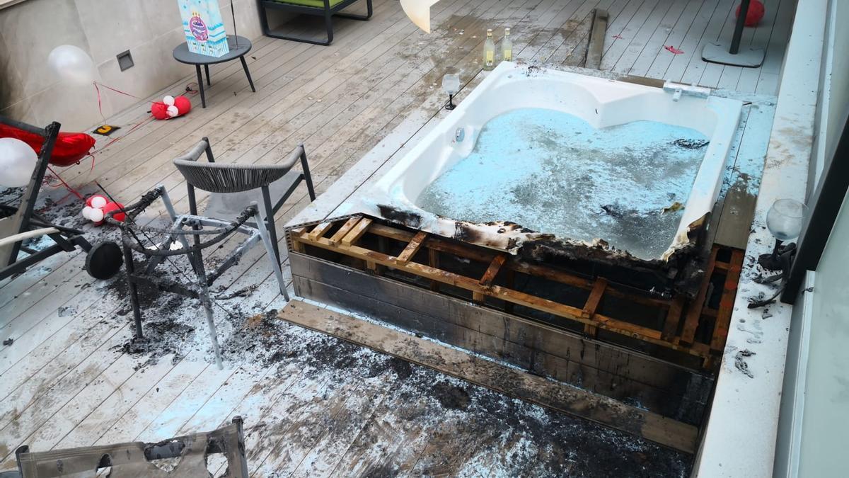 El incendio ha afectado el hotel Ars Magna de la calle Blanquerna de Palma.