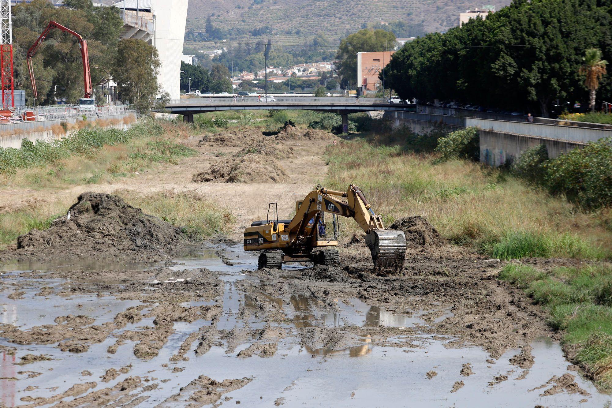 Trabajos de limpieza en el cauce del río Guadalmedina