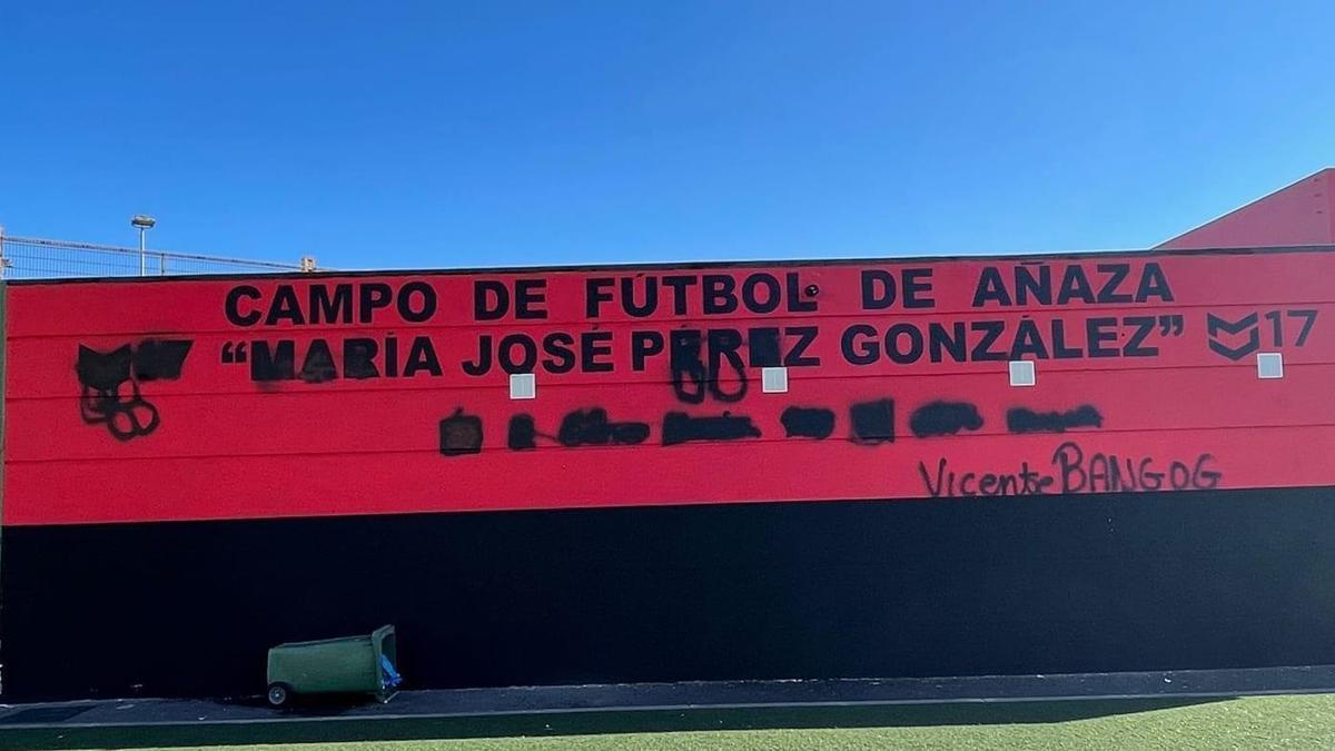 Pintadas en el campo municipal de fútbol 'María José Pérez'