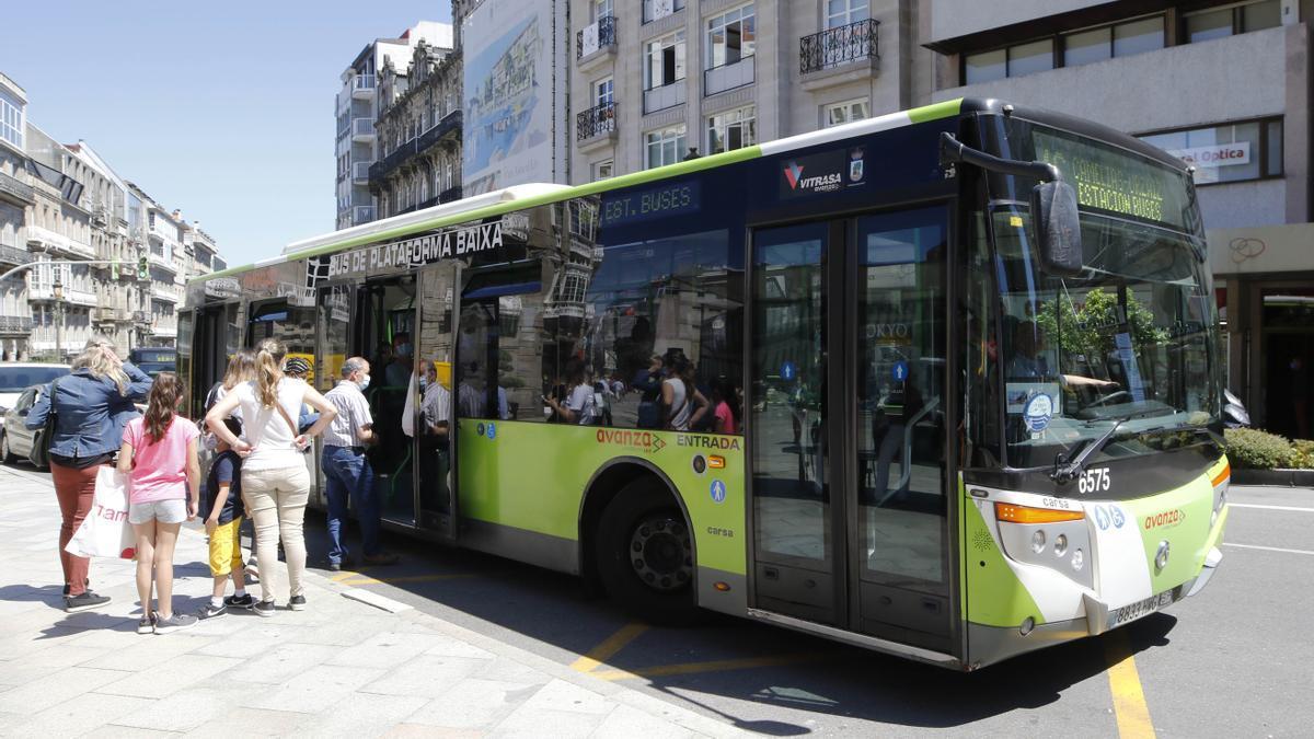 Pasajeros subiendo a un autobús de Vitrasa, en el centro de Vigo.
