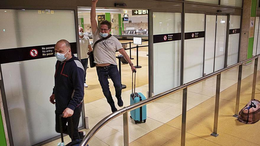 L'aeroport rep viatgers d'un vol comercial després de set mesos