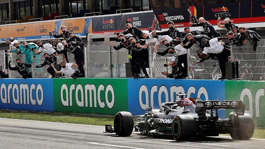 Hamilton i l'estratègia de Mercedes frustren Max Verstappen a Montmeló
