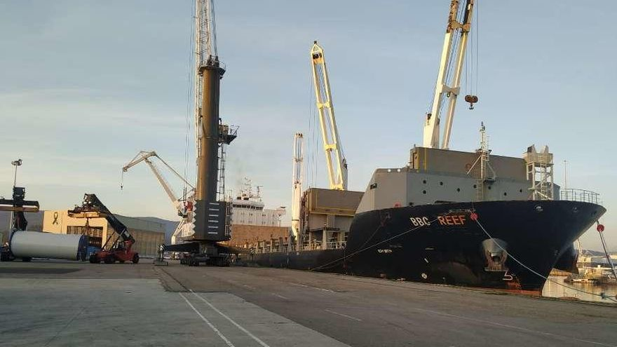 El Puerto de Marín realiza su mayor embarque de eólicos hasta la fecha