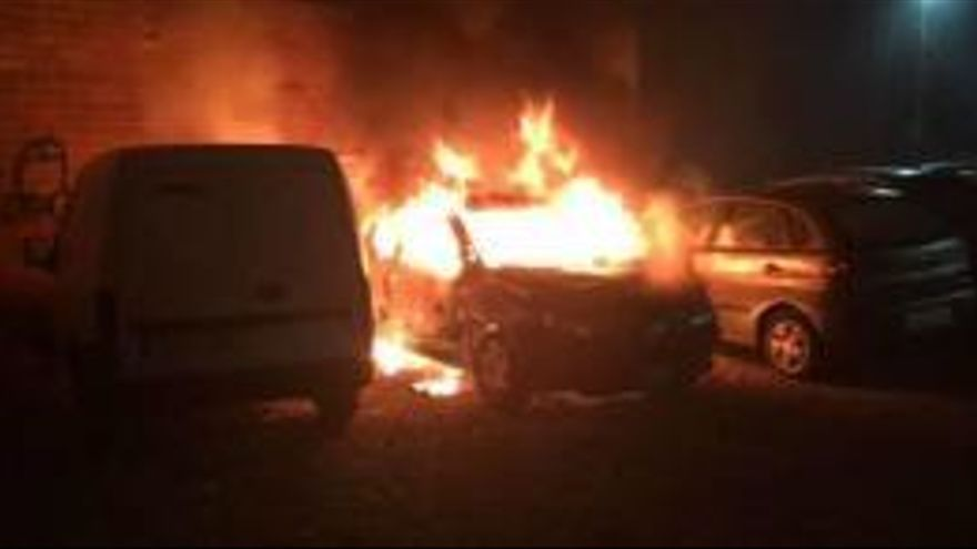 Crema un cotxe i dos més resulten afectats a Roses