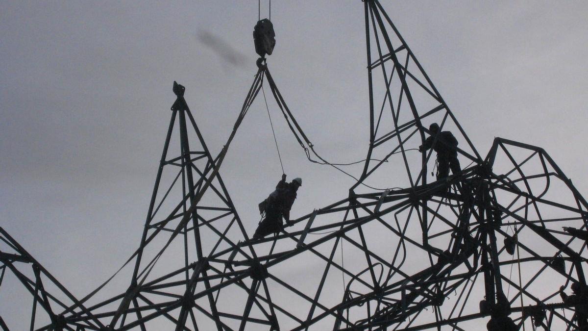 Archivo - Torre de electricidad