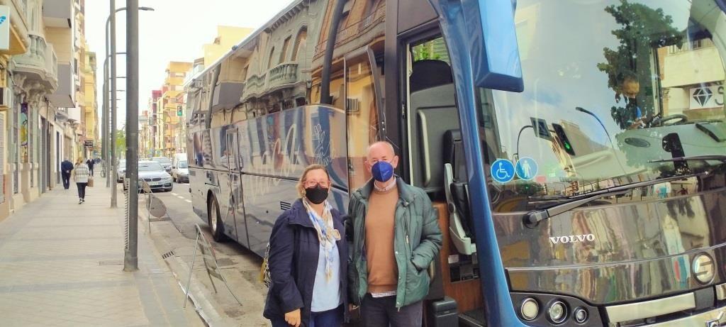 El alcalde de Massanassa con el autobús.