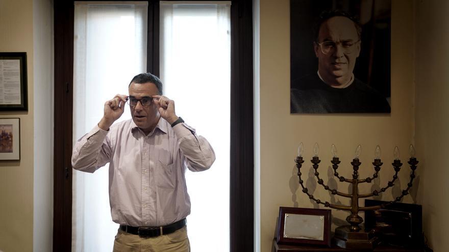 Rubén Múgica, víctima de ETA, en su despacho en San Sebastián, junto a un retrato de su padre, Fernando Múgica.