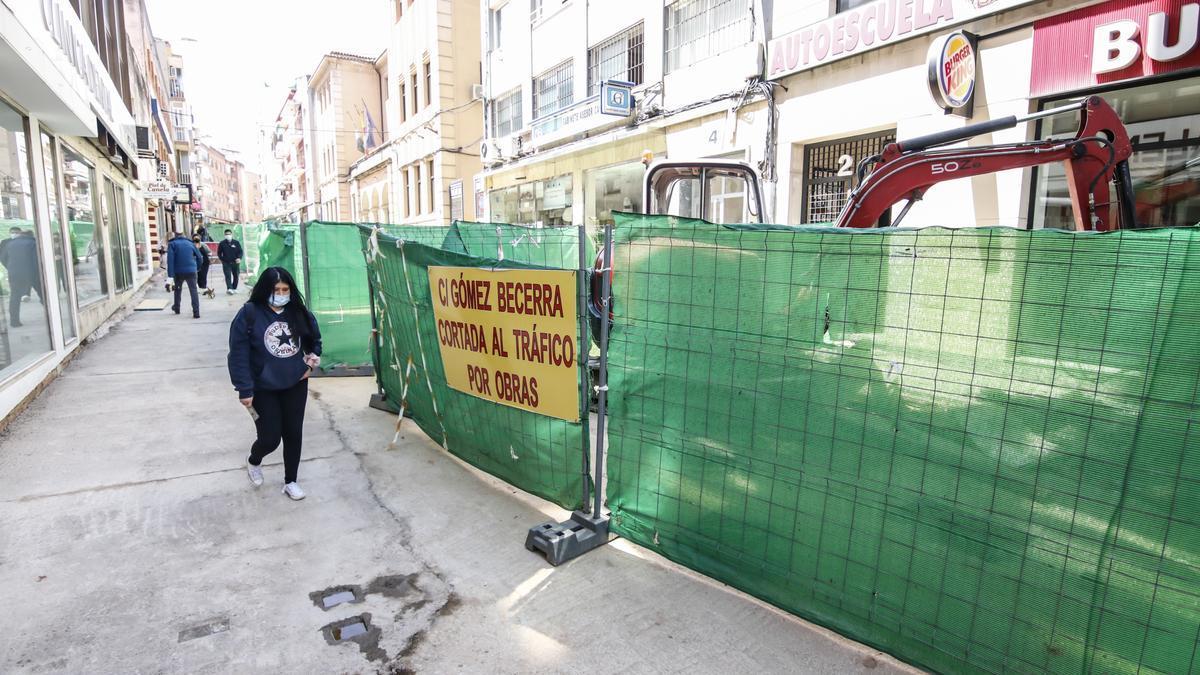 Ya se ha cerrado la zanja en casi toda la calle y falta colocar la capa de rodadura. En estos momentos se actúa en el acerado y en la intersección con avenida de España.