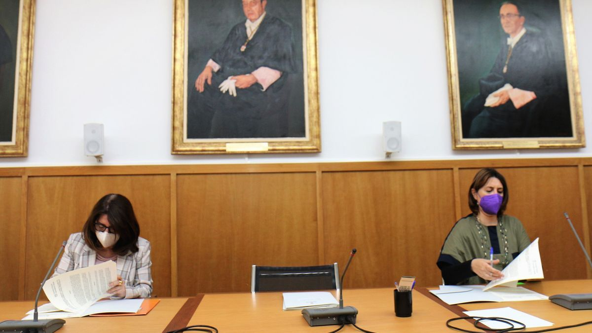 The rector and the councilor at the time of forms the agreements in the Boardroom of the Rectorate