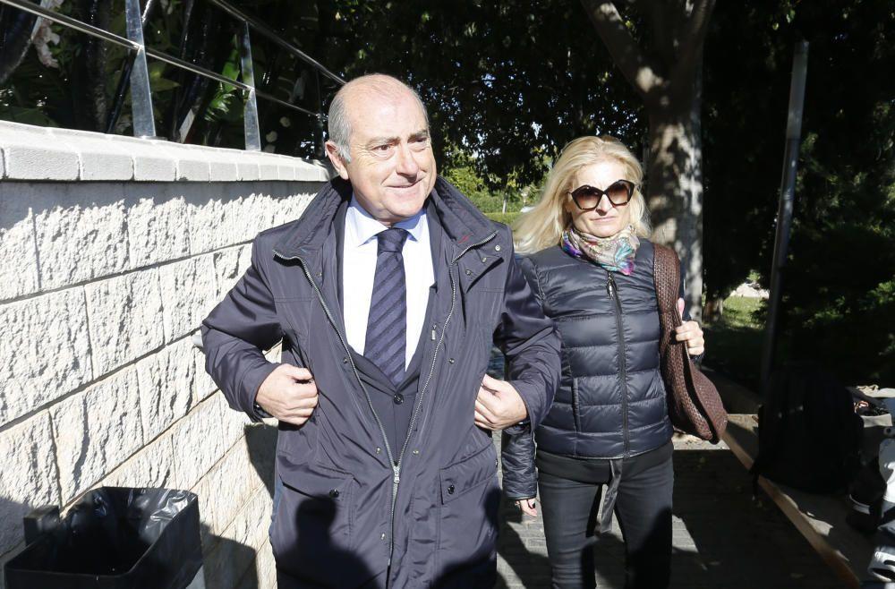 EL concejal del Ayuntamiento de Valencia, Alfonso Novo, acompañado por su mujer