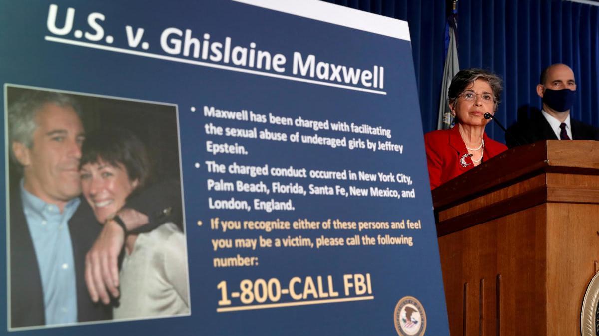 Imagen del cartel de búsqueda de Ghislaine Maxwell, en el que sale con Jeffrey Epstein