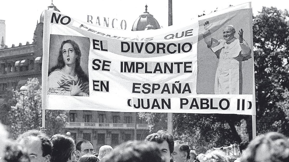 Una de las pancartas de la manifestación contra el divorcio y a favor de la familia en 1981