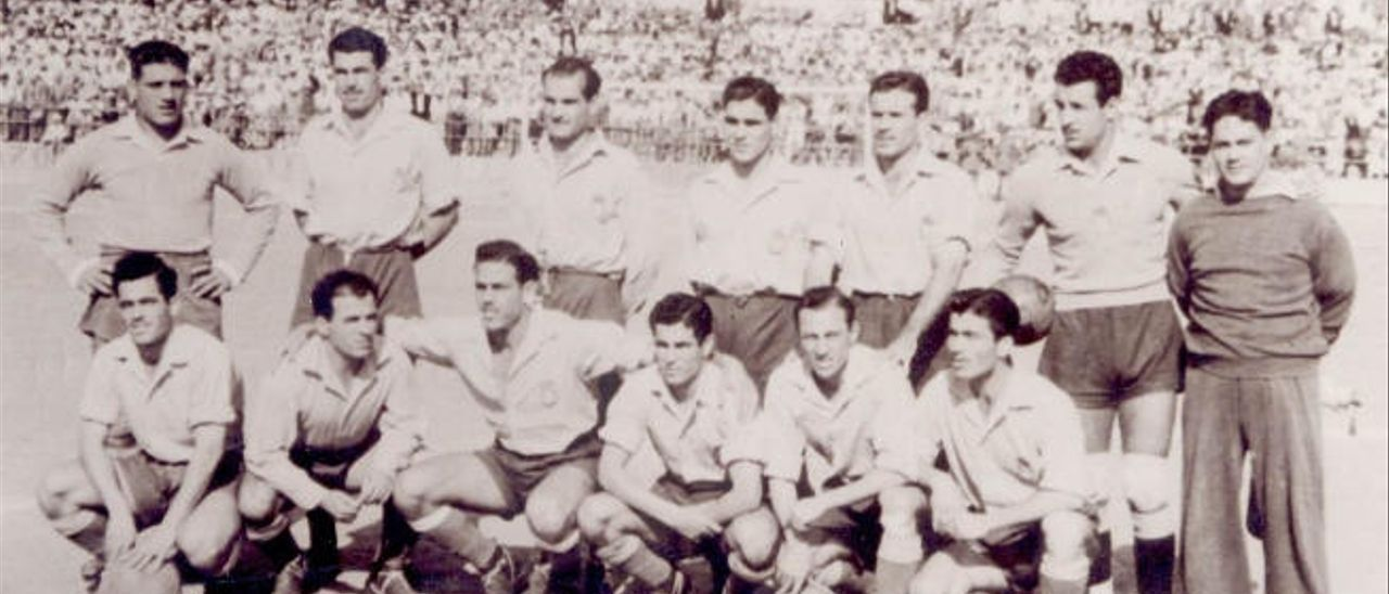 En la imagen, los componentes del equipo que logró el primer ascenso a Primera.
