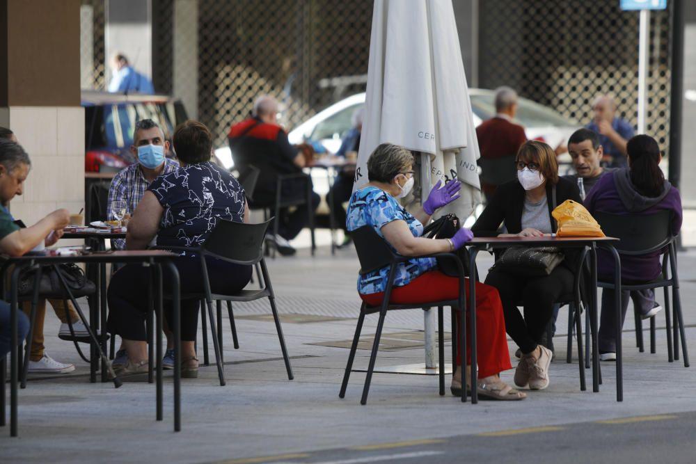 La gente disfruta en las terrazas de Gandia.
