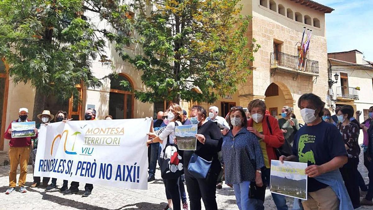 Concentración de vecinos y ecologistas a las puertas del consistorio de Montesa, ayer | MONTESA TERRITORI VIU