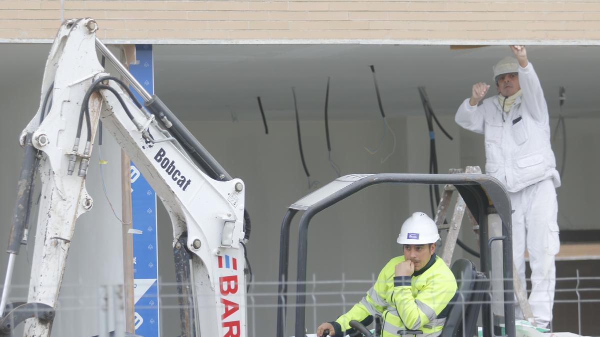 Dos trabajadores en una obra.