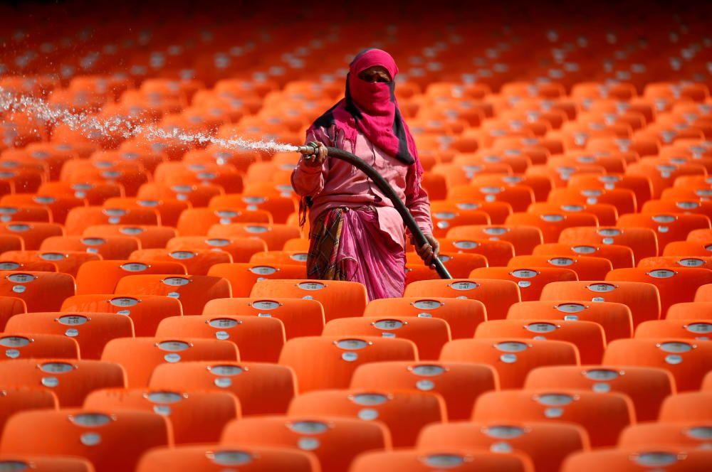 Una limpiadora en el estadio Sardar de India.