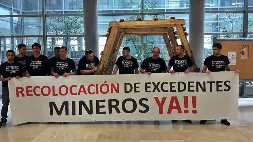 Los trabajadores de tres contratas piden a Hunosa que los incorpore a su plantilla