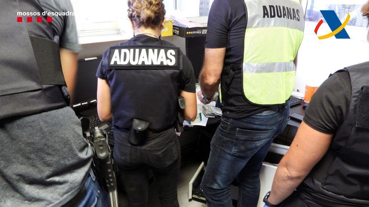 Agents dels Mossos d'Esquadra i Vigilància Duanera durant l'operació policial