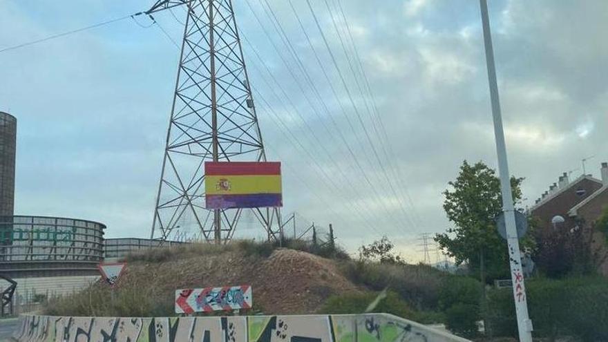 Vuelven a pintar de morado la bandera de España en Espinardo