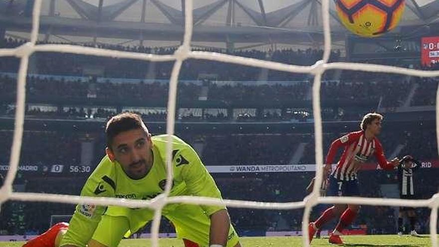 Griezmann, de penalti, mantiene vivo al Atlético