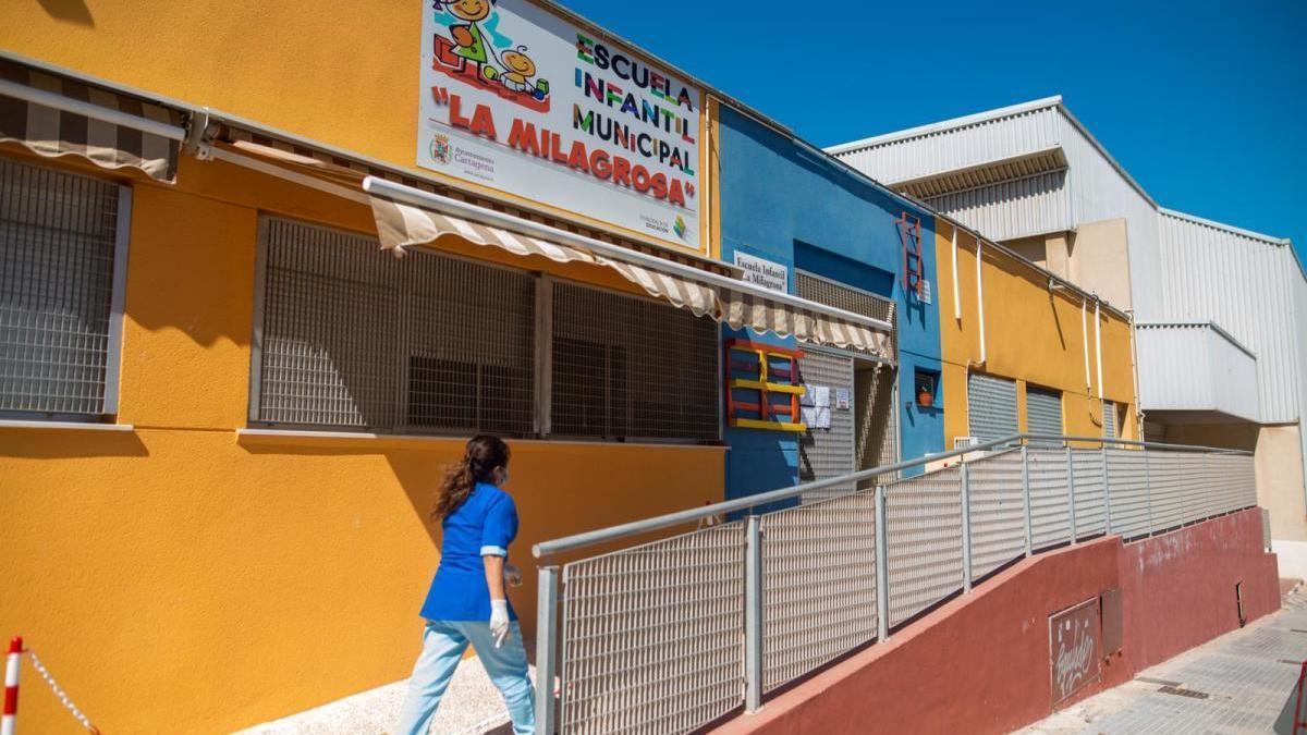Una trabajadora de la escuela infantil municipal La Milagrosa, esta mañana a las puertas del centro