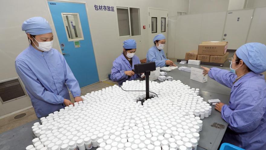 """China prueba sus vacunas en """"cientos de miles (de personas) y ninguno ha mostrado ningún efecto adverso evidente ni se ha contagiado"""""""