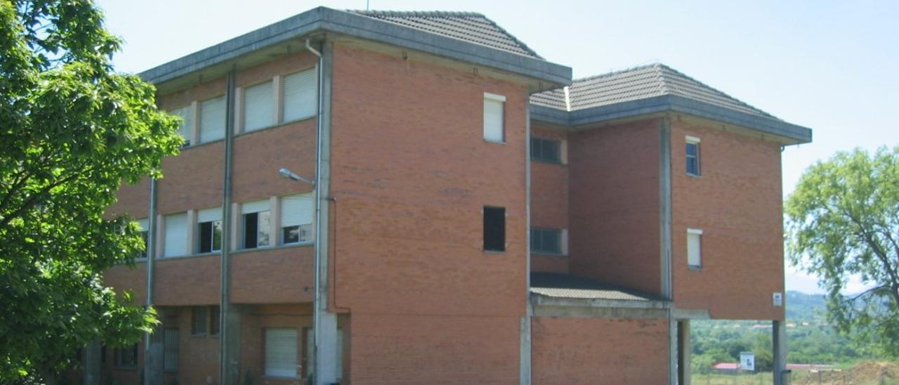 Exterior del colegio de Los Campones, en El Berrón (Siero)