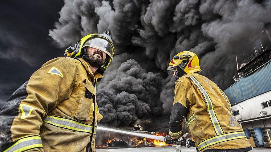 El fuego arrasa una fábrica de cauchos en Sant Vicent