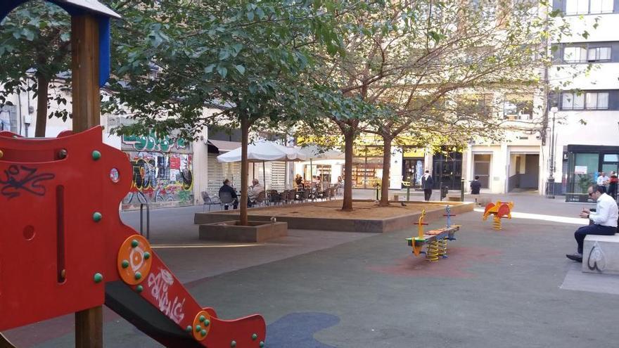 Amplían la zona de juegos infantiles de la calle Vinatea