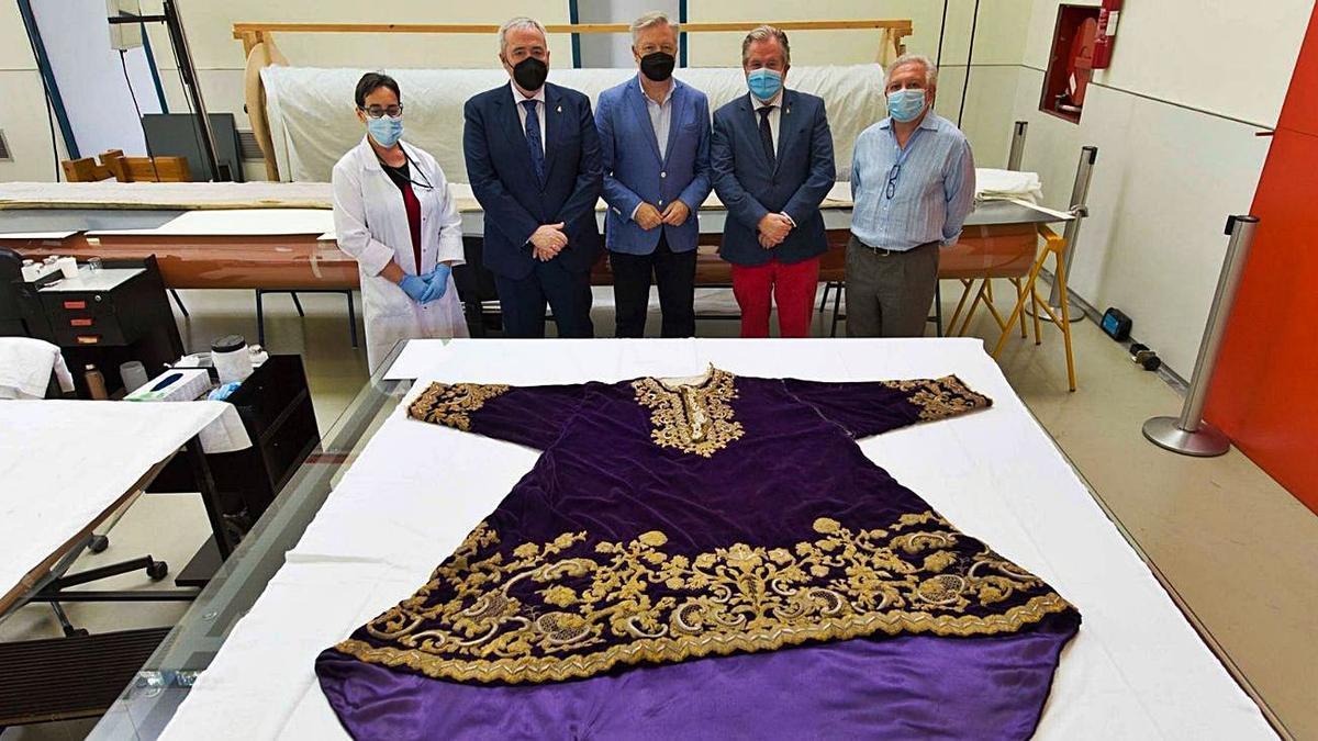 Representantes de la hermandad junto al director del IAPH en el momento de la entrega de la túnica.