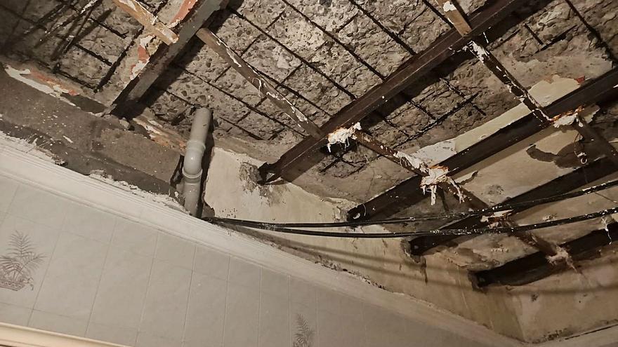 Filtraciones de agua en una calle de San José provocan daños en una casa