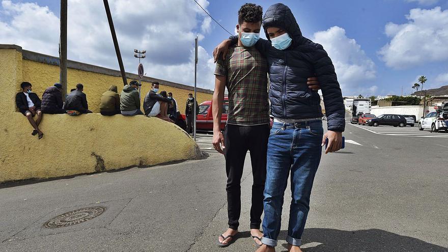 Derivaciones, deportaciones y viajes propios sacan de las Islas a 18.800 adultos