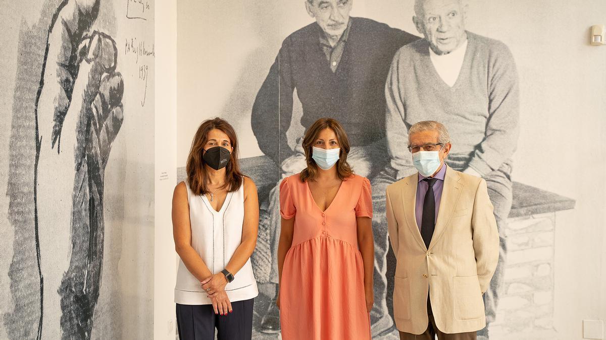 La directora del Museo Joaquín Peinado, Emilia Garrido; la alcaldesa de Ronda, María de la Paz Fernández, y el presidente de la Fundación Unicaja, Braulio Medel, delante de una fotografía de Peinado y Picasso.