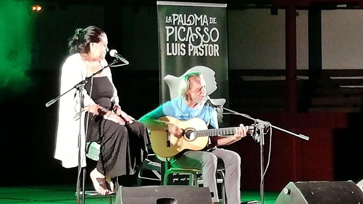 El cantautor Luis Pastor, acompañado de Lourdes Guerra, durante la actuación. | I. F.