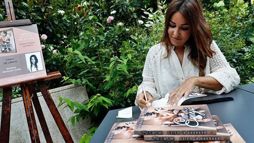 """Bárbara Redondo presenta """"Más allá del espejo"""", su primera novela"""
