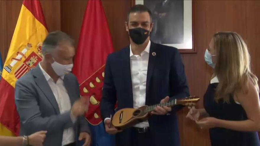 Pedro Sánchez interrumpe sus vacaciones en Lanzarote para reunirse con el presidente canario