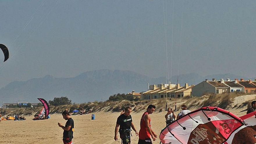 Oliva regulará el kitesurf en su playa para consolidarse como un referente de este deporte