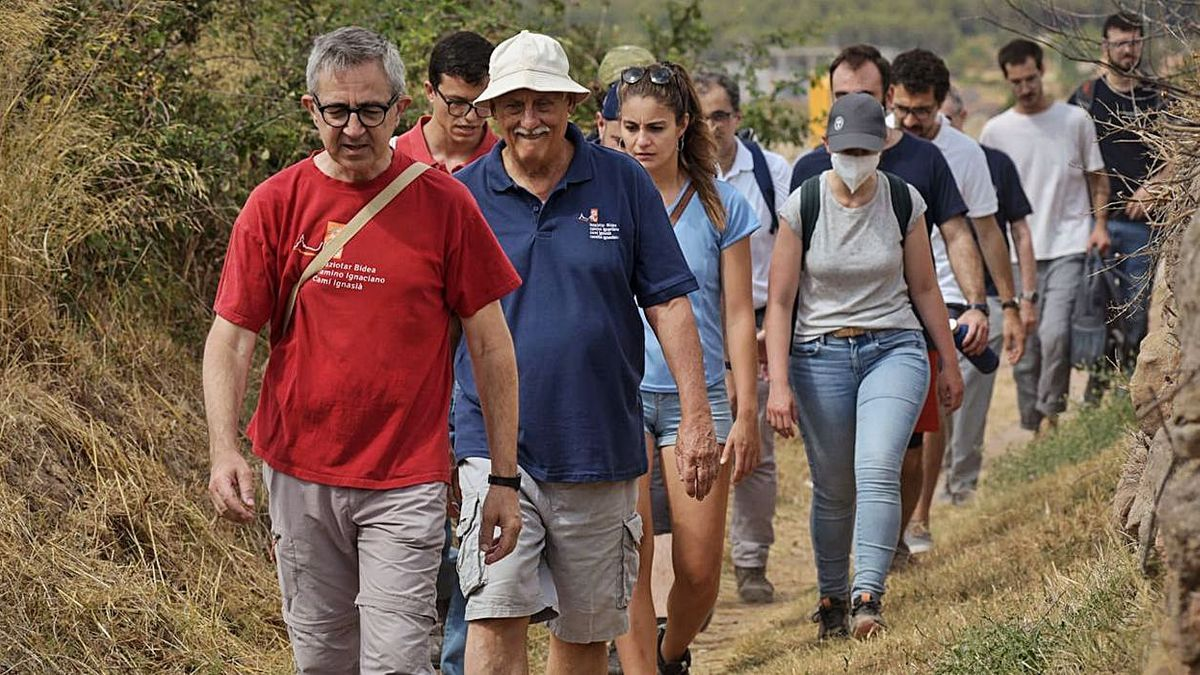 Arturo Sosa, segon a la fila, fent els darrers quilòmetres del Camí Ignasià   ARXIU PARTICULAR