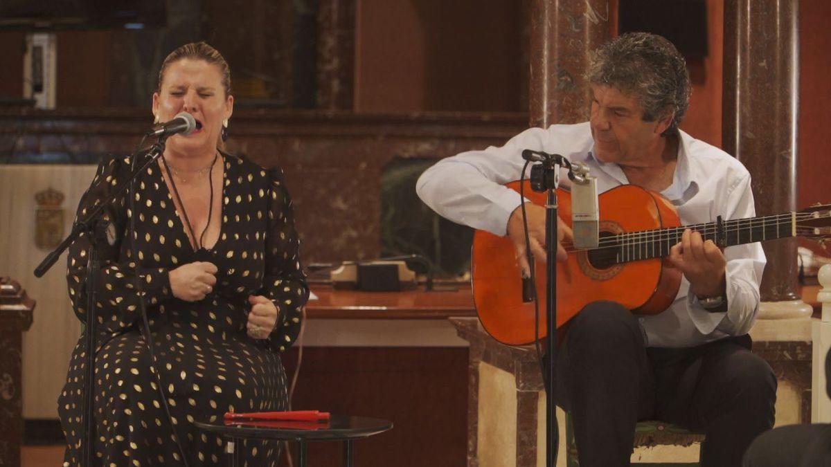 Anabel de Vico canta y 'El Torero' toca la guitarra, cuando el festival se presentó en la Asamblea, el pasado mes de junio.