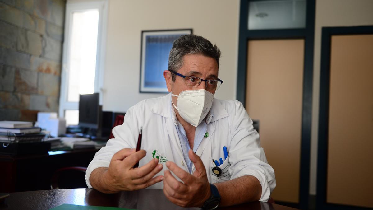 El gerente del área de salud de Plasencia, durante la entrevista.