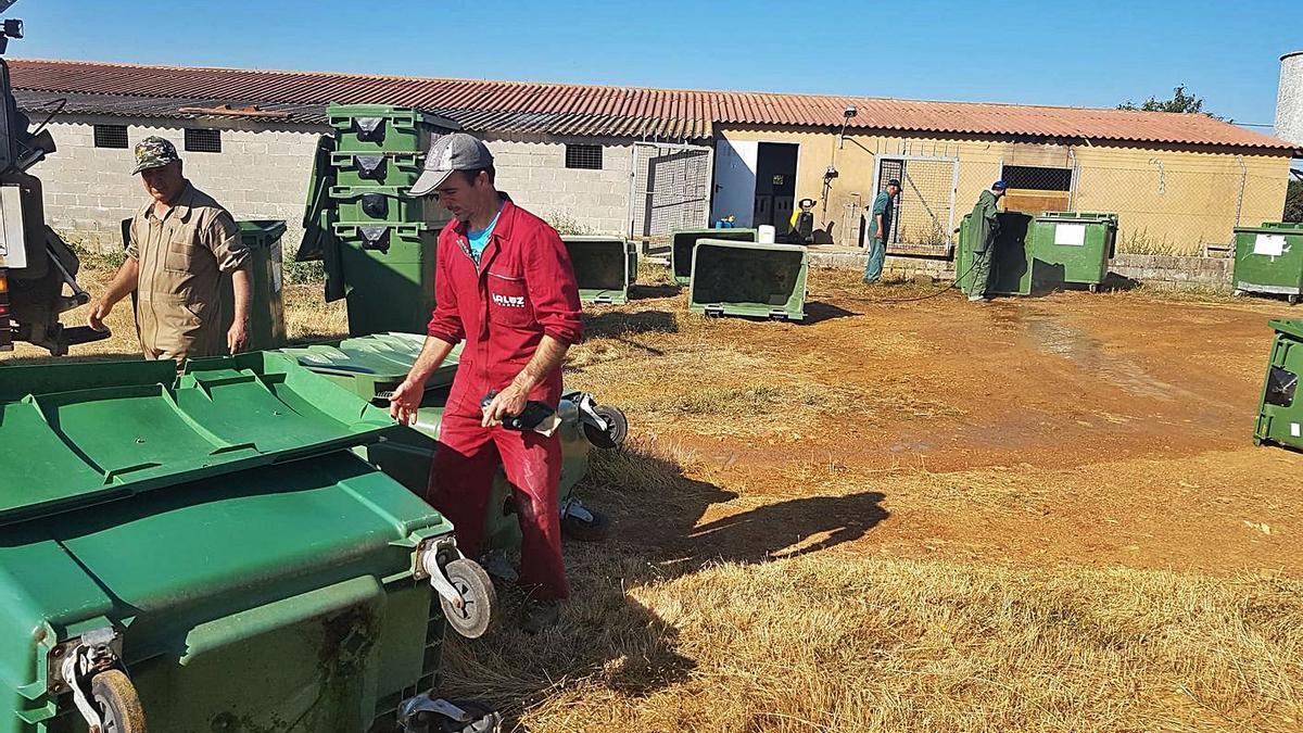 Labor de desinfección de los contenedores en Bercianos de Aliste.   Chany