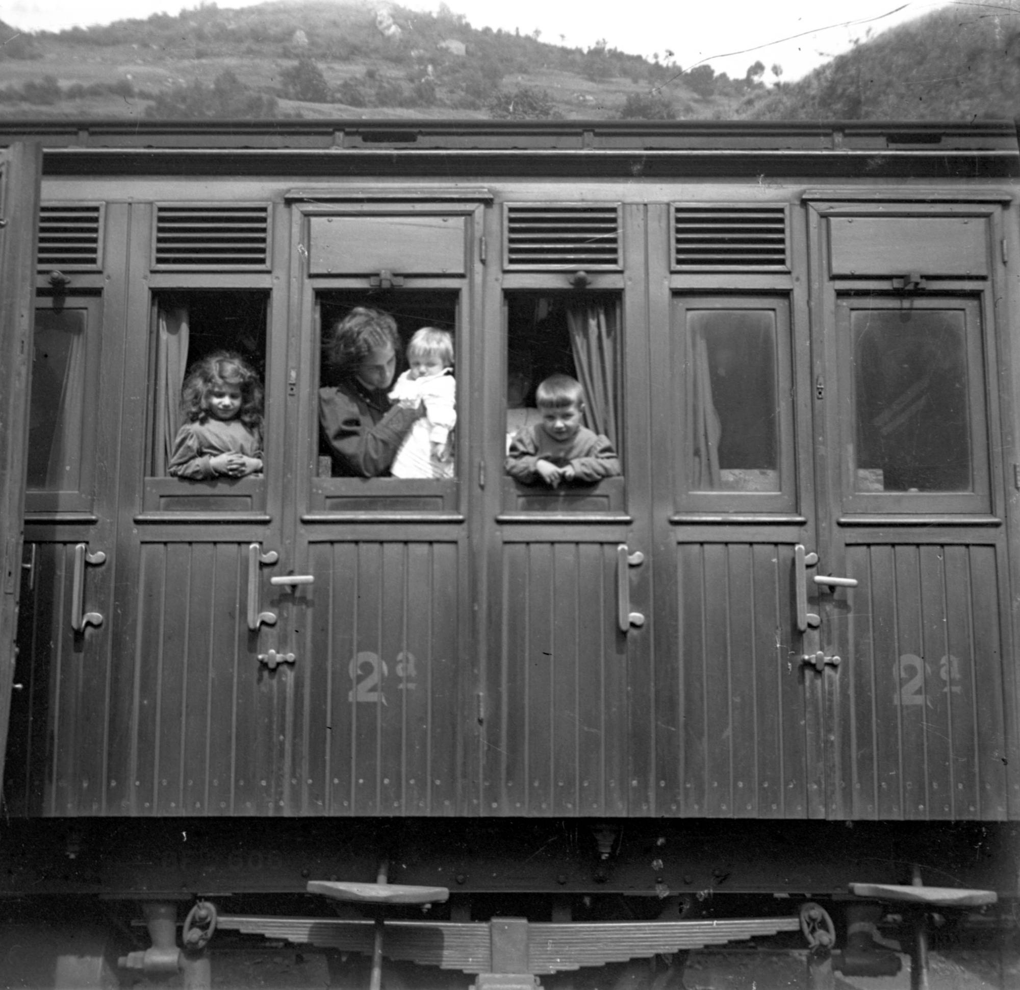 Juan del Castillo. Su mujer, Antela Bertrand e hijos en un vag�n de 2� clase, h. 1914.jpg