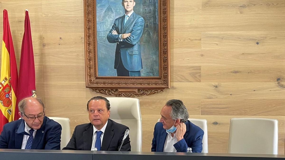 Pleno del Consejo de Cuentas en el Ayuntamiento de La Bañeza con Miguel Ángel Jiménez, Mario Amilivia y Emilio Melero.