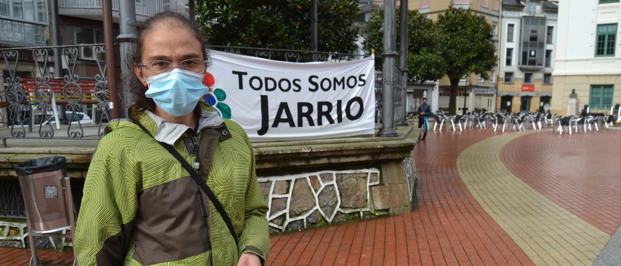 """Mar Villanueva, ayer, en Luarca, con una de las pancartas de """"Todos somos Jarrio"""" al fondo"""