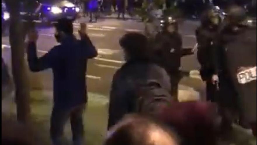 Vídeo | Un diputado de Compromís denuncia al policía que le golpeó en la manifestación por Pablo Hasél