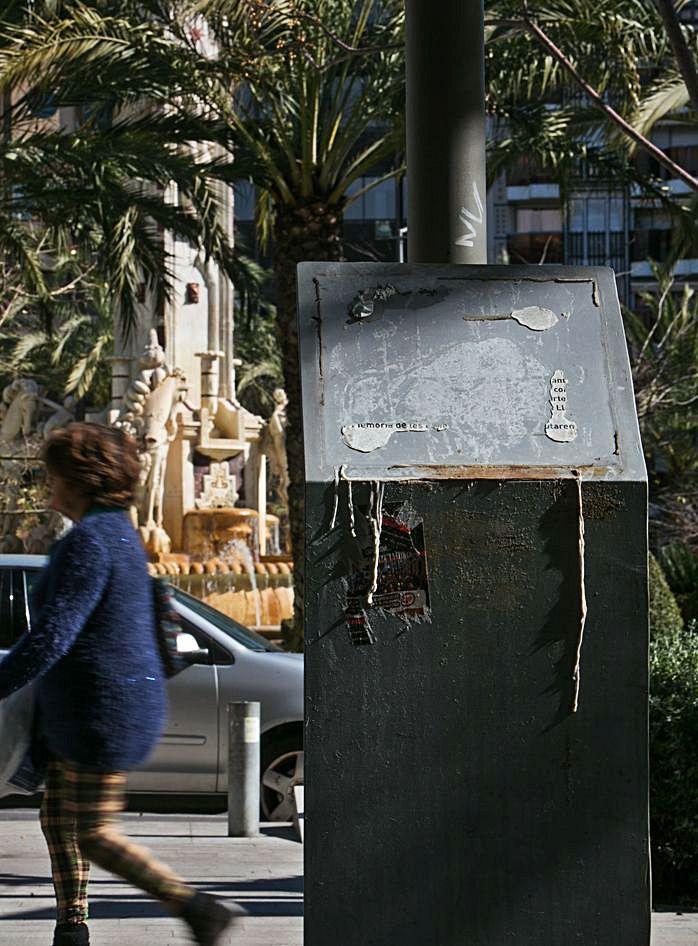 Cambio de imagen del memorial en recuerdo a Miquel Grau, habitual objetivo de ataques fascistas.   INFORMACIÓN
