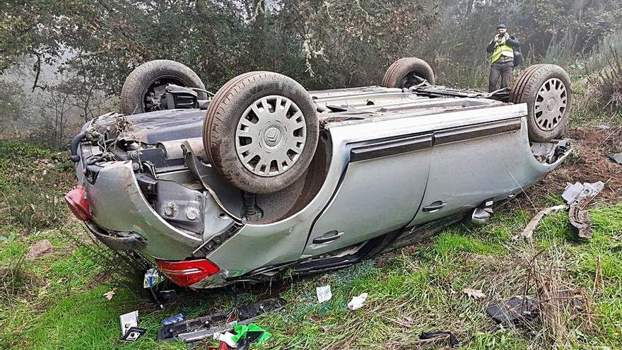 Grave al caer su coche por un barranco en Ourense y dos leves en una colisión en Cualedro