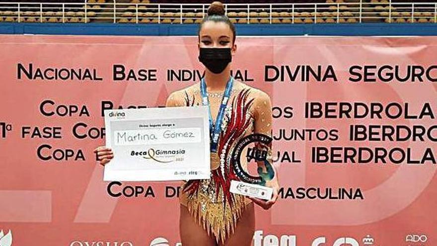 Martina Gómez, con su trofeo y su oro.     E.D.
