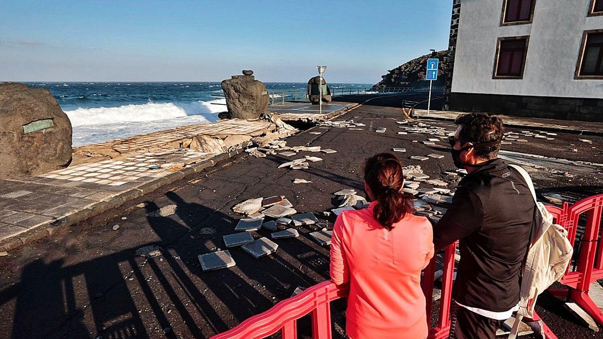 Zona del paseo de Los Guanches afectada por el oleaje. | | MARÍA PISACA